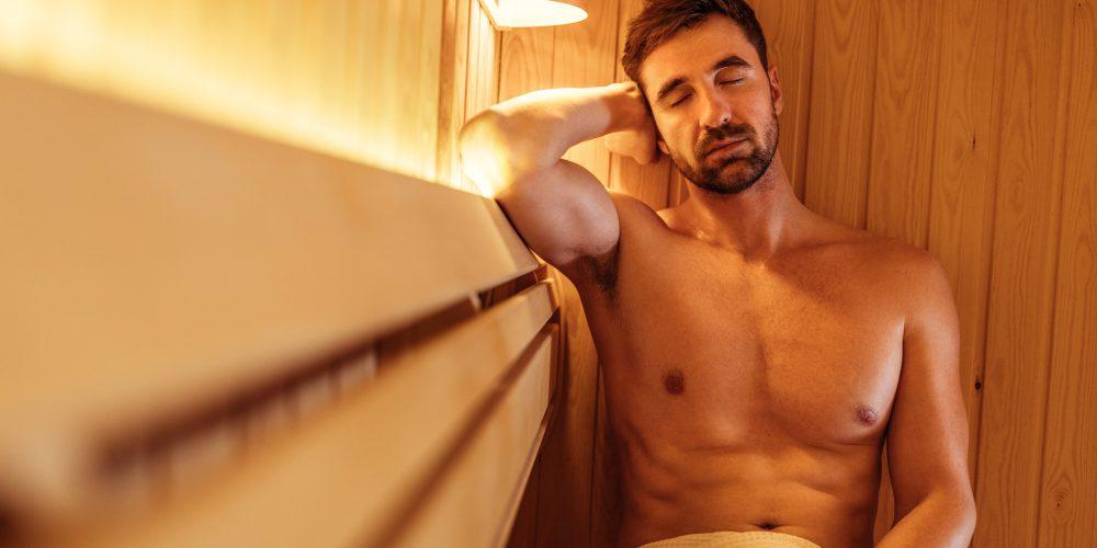 Homme sportif pour la récupération dans le sauna